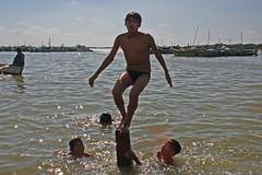 Nios de Puerto Pizarro, Tumbes (alobos Life) Tags: boy cute peru boys water smile canon children fun puerto outdoors rebel mar agua candid nios having nio chicos xsi divertido caleta pizarro tumbes