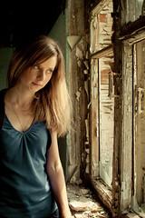[フリー画像] 人物, 女性, 窓辺, 覗く, 201005162300