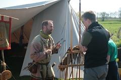 Marcus (Sjolfur) von der Nordlandsippe erklärt einem Besucher Pfeilspitzen aus der Wikingerzeit - 1. Frühjahrsmarkt in Wikinger Museum Haithabu WHH 25-04-2011
