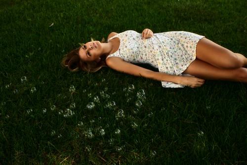 フリー写真素材, 人物, 女性, 寝転ぶ, しゃぼん玉・シャボン玉, アメリカ人,