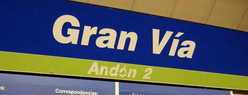 Rótulo en negrita de la línea 5 en la estación de Gran Vía en el Metro de Madrid