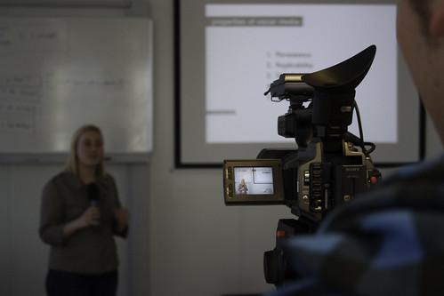 Het filmen van het gastcollege van Anne Helmond