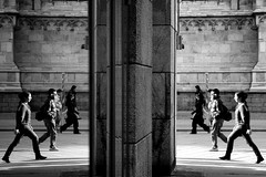 >>> I <<< (Donato Buccella / sibemolle) Tags: street people blackandwhite bw italy reflection mirror milano streetphotography duomo specchio mwpotw canon400d sibemolle premeteilpulsantesevoletecambiarevita okdov chimiaiutaacapirecomemailimmagineriflessapinitidadiquellarealedovelepersonesonoleggermentemosseunaquestionedifuocoocosaboh fotografiastradale