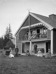 People at Villa Schwarzwald, Svartsvall, Omberg, Sweden (Swedish National Heritage Board) Tags: family house building carriage dress coat apron suit verandah riksantikvariembetet theswedishnationalheritageboard