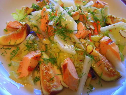Салат с инжиром, лососем и хреном