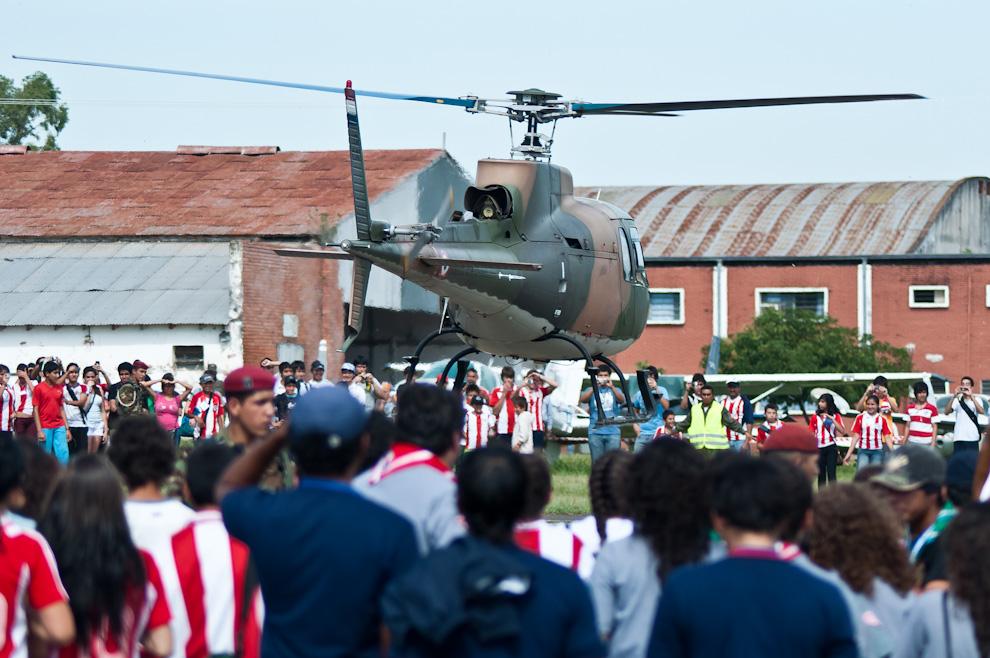 Una jornada de fiesta que reunió a estudiantes de todo el país se vivió ayer en el predio de la Fuerza Aérea, el publico curioso se acerca a ver el despegue de uno de los helicopteros. (Elton Núñez - Asunción, Paraguay)
