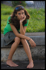 Pieds nus (yanfolio) Tags: portrait green reunion girl canon island bodylanguage teen pieds nus runion piedsnus 974 40d