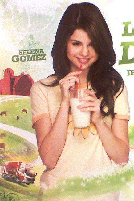 selena-gomez-borden-milk-ad
