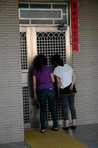 咸一手想把門打開..私闖民宅 by you.