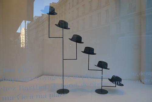 exposition au-delà du vêtement à la galerie des galeries juillet 2009