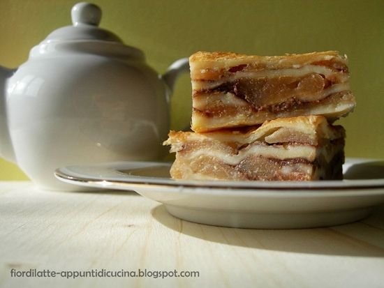 Quadrotti di mele, crema pasticcera e cioccolato - Apple puff pastry squares with custard and chocolate