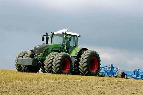 Ciągnik rolniczy FENDT - pokaz pracy z maszynami rolniczymi