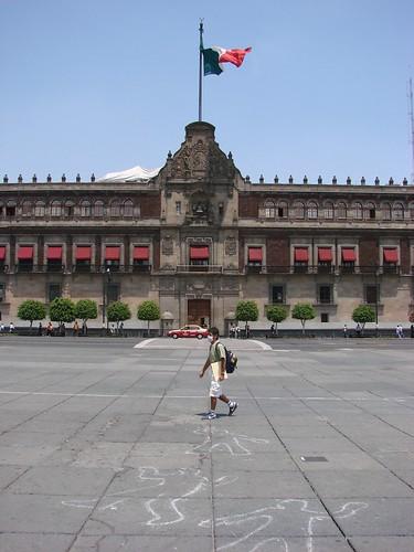 La plaza del Zócalo, frente al Palacio Nacional de México semide´sertica tras declararse la alerta