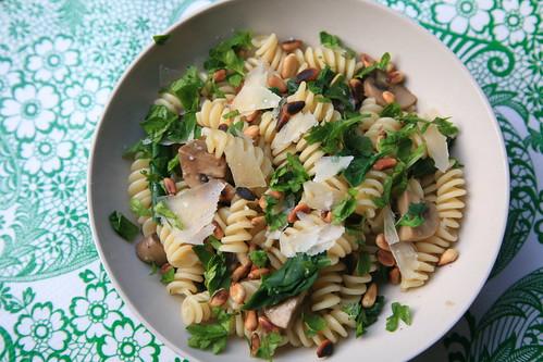 Pasta met spinazie, pijnboompitten en champignons