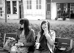 duo (yeuxrouge) Tags: sun girl bleu sourire parc amiens banc lunette glace pipette glasse espacevert