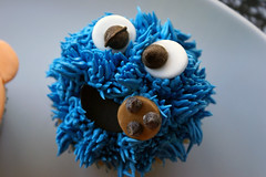 cookie monster cupcake! ({ coco cake cupcakes }) Tags: oscarthegrouch elmocake cookiemonstercake sesamestreetcake erniebert elmocupcakes cococake cupcakesvancouver cookiemonstercupcakes sesamestreetcupcakes lyndsaysung cococakecupcakes