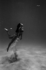 alyssa (SARA LEE) Tags: summer bw girl hawaii pier sand underwater alyssa bigisland hapa kona kailuakona nalu waterhousing sarahlee hypr kobetich alyssaf surfhousing vivantvie