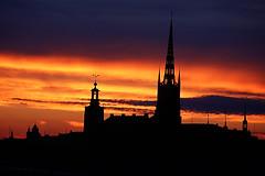 Stockholm-051 (Ralph Mittermaier) Tags: rot sonnenuntergang stockholm schweden kirche himmel gelb gamlastan altstadt gebäude stadshuset gegenlicht riddarholmskyrkan dächer stadtansicht silhouetten
