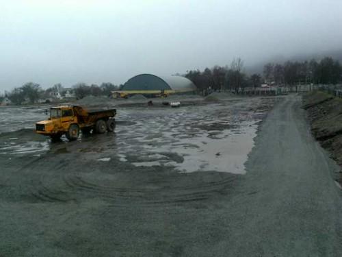 Kunstgressbanen er ferdig i midten av mai, hvis alt går etter planen. (MMS: TIJ)