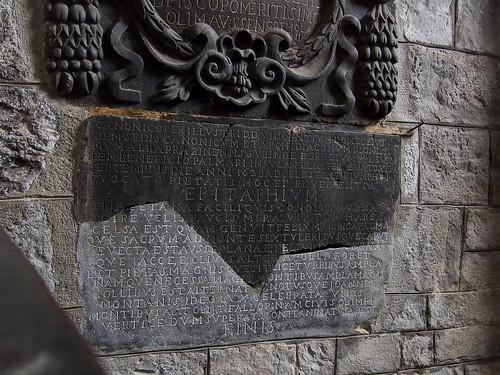 Lápidas en el ábside de la Epístola