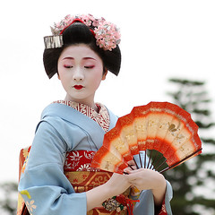 japan / fan / dance / beautiful / photo / pretty / blue / geisha (momoyama) Tags: portrait woman girl beautiful beauty face japan canon japanese fan photo dance kyoto pretty picture makeup 85mm maiko geisha   kimono