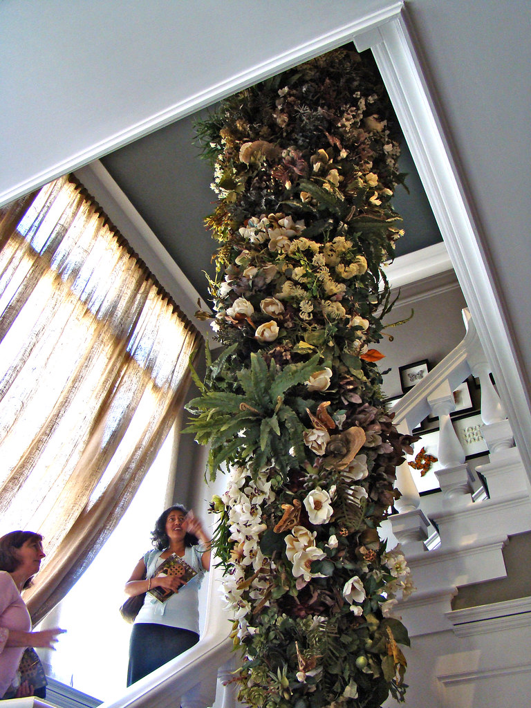 DSC05746 SF Decorator Showcase staircase flowers