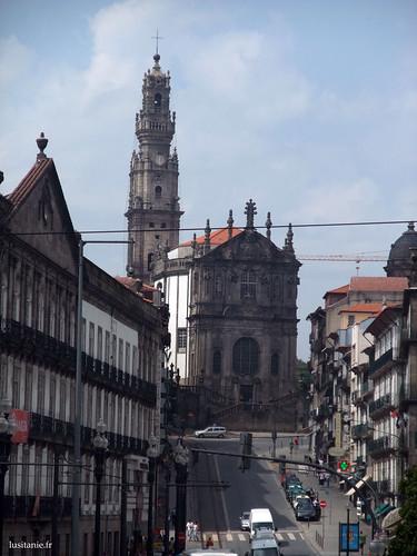 Igreja e Torre dos Clérigos, no fim da rua