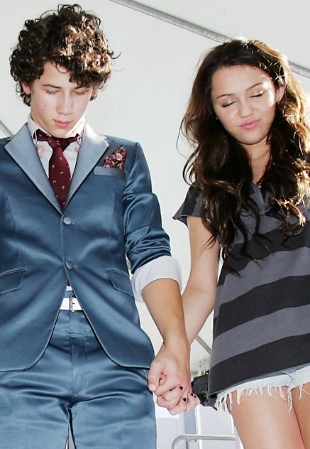 niley-holding-hands