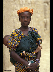 32-Joven madre Fulani. (Ambrispuri) Tags: africa portrait woman baby color colors mujer retrato mother son tribal ornaments tradition mali ethnic nio madre scarification hijo fulani adornos peul fulbe ambrispuri escarificaciones