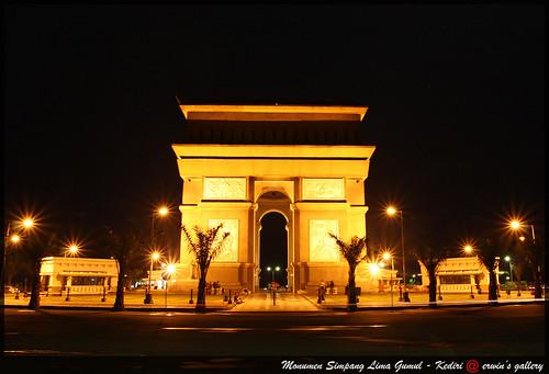 Monumen simpang lima gumul malam hari