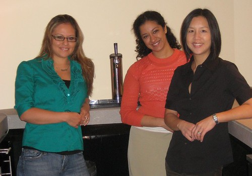 360iers Francesca Gatti, Neha Anada and Lara Hejtmanek gather around @TweetingBar.