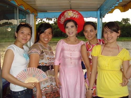 Cô gái Huế với giọng nói thật ngọt ngào by nguyenuyen09.