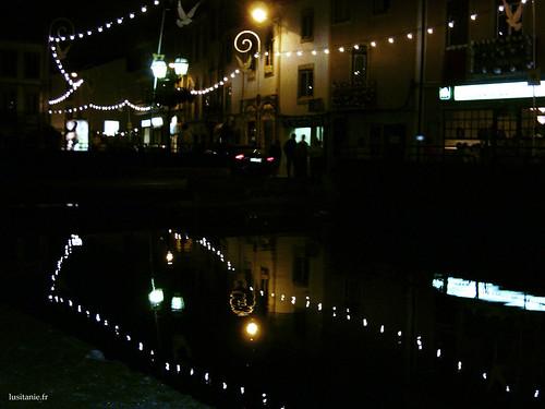 Des lumières illuminent Tomar, se reflétant dans la rivière