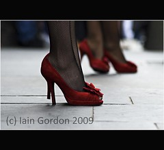 Sexy Red Shoes - Performers - Edinburgh Festival (Magdalen Green Photography) Tags: scotland cool highheels scottish royalmile coolred redmansisters iaingordon sexyredshoesperformersedinburghfestival