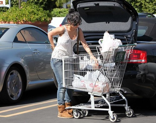 vanessa-hudgens-grocery-girl-10