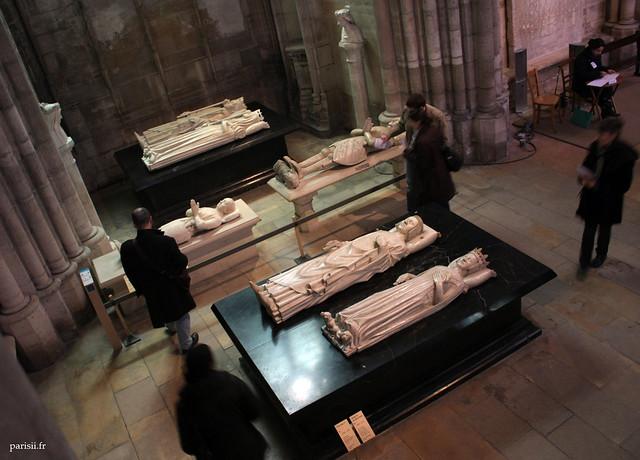 Ici, pêle-mêle, nous avons les gisants de : Isabeau de Bavière, Charles VI, Louis de Sancerre, Bertrand Du Guesclin, Charles V le sage et Jeanne de Bourbon