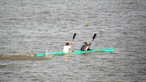 084.在洞里薩河上划獨木舟