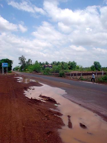 09.休息站外面的泥土路