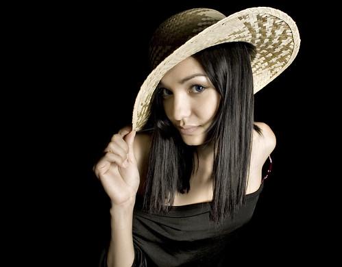 フリー画像| 人物写真| 女性ポートレイト| 白人女性| 帽子| 麦藁帽子| 黒髪|     フリー素材|