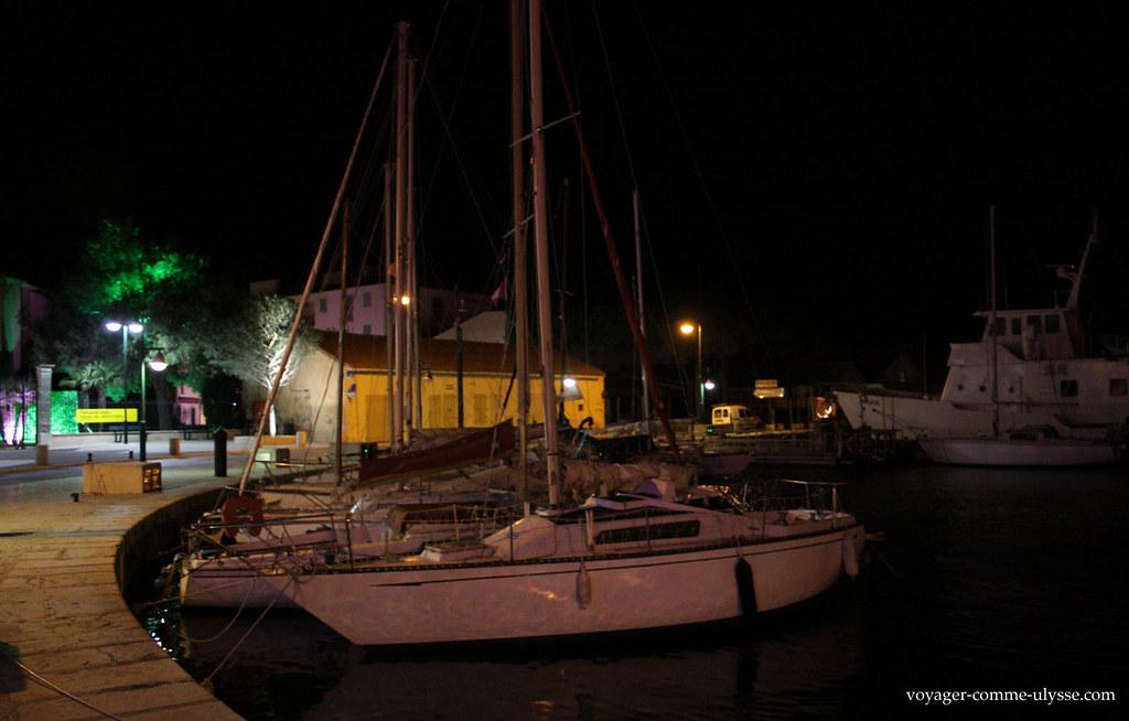 Existem muitos pequenos veleiros na marina de Saint Tropez