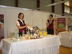 Christine Werzer präsentiert charmant ihre Zutaten für den Cocktail