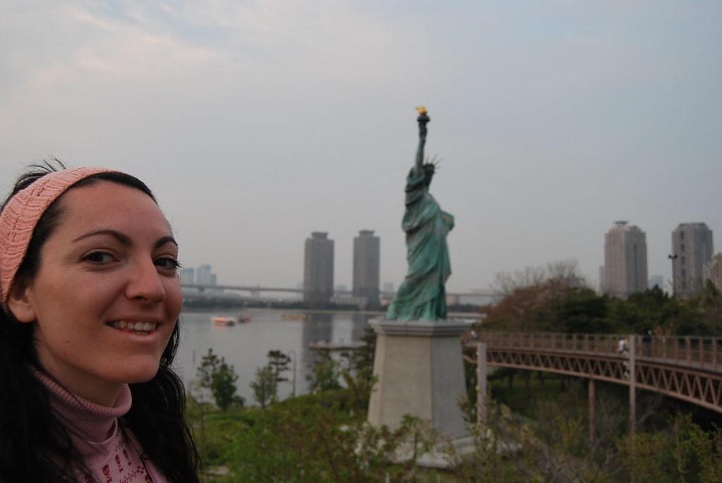 Vero ante la Estatua de la Libertad de Tokyo