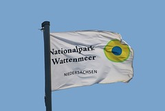 Flagge im Nationalpark-Wattenmeer (Wolfgang.W. ) Tags: nationalpark heaven flag banner himmel bluesky bandera blau fahne flagge ensign wattenmeer parquenacional niedersachsen wimpel cuxland