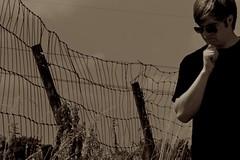 Houston, wir haben ein Problem! (Mari911) Tags: sepia nikon pflanzen feld himmel style menschen problem brille zaun sonnenbrille stimmung braunschweig hochspannung corbijn d60 selbstauslser denkerpose wildwuchs