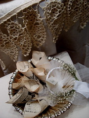 Vintage Wedding Rice Cones (maria grazia preda) Tags: windows wedding italy italia decoration lifestyle bologna shopwindow mariage tisch tovaglia bianco antico tablesetting matrimonio celebrating sposa tessuti decoracin centerpieces vetrine preda visualmerchandising tablescapes weddingtable tovaglie addobbo centrotavola ricami receber tischdeko tischdekoration apparecchiare portariso vintagewedding busatti ricecones ricevere decorazionetavola tabledecorating tablenamecards windowsetting mariagraziapreda decorerlatable weddingricecones