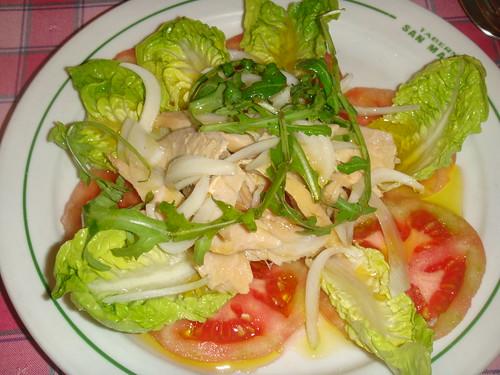 Ensalada de ventresca de bonito, cebolla, tomate y cogollos