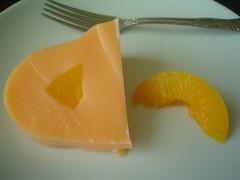 Rebanada de gelatina de naranja con durazno