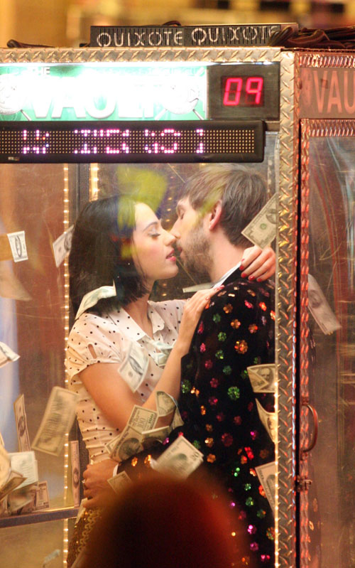 beso Katy Perry Waking Up In Vegas