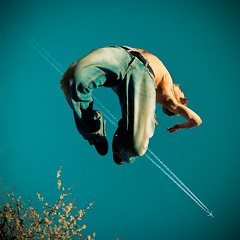 Over the trails (Stphane Giner) Tags: flowers blue sky man france tree plane jump jumping bleu jeans trail ciel denim toulouse chemtrail saut avion stephane sauter giner jetliner carrfranais vuesdenbas