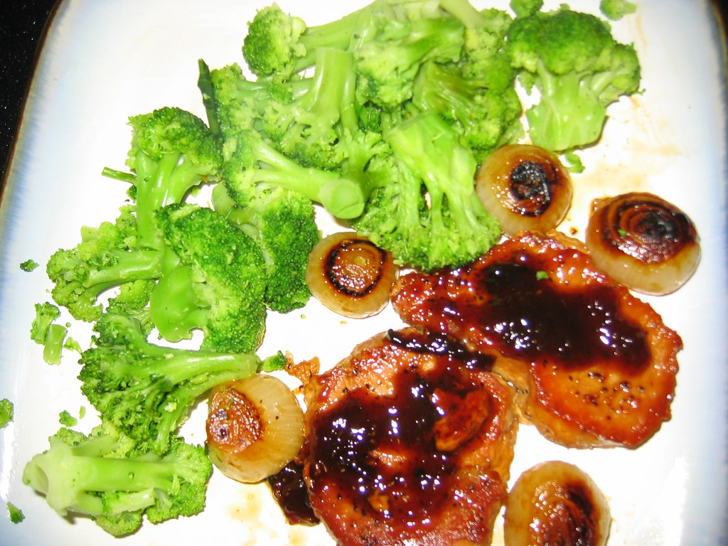 vanilla-glazed pork chops with boiling onions